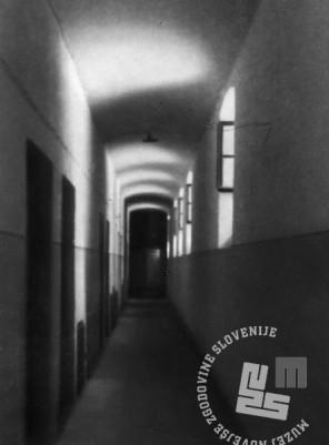"""414: Hodnik z vhodi v """"celice smrti"""", foto: neznan, hrani: MNZS."""