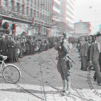 FS2176_21: Vojni reporter Milan Štok fotografira dogajanje v središču Ljubljane, 9. maj 1945. Foto: Maksimiljan Zupančič. War reporter Milan Štok taking photographs of the events in Ljubljana centre, May 9th, 1945. Photo: Maksimiljan Zupančič.