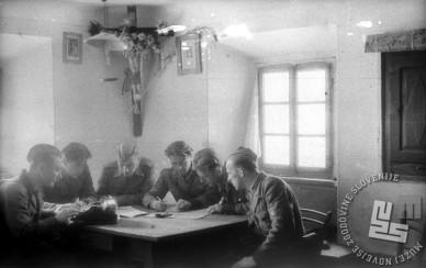 Štab 12. brigade maja 1944 na Trebnjem vrhu med načrtovanjem. Z leve: administrator Stojan Petrovič, namestnik komandanta 15. divizije Stane Semič - Daki, politični komisar Ivan Groznik - Vanja, komandant Bogomil Gaberc - Huso, Niko Šilih - Boris Nikič in načelnik štaba Tomaž Slapar - Tugo. Foto: Maksimilijan Zupančič - Milijan