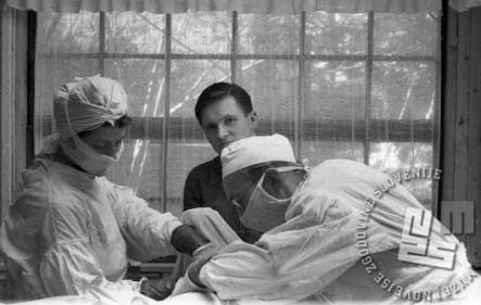 Operacija na septiki, z leve Jeras Marija, Košorok Polde in dr. Milčinski Janez - Peter. Foto: nezanan