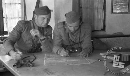 Štab Dolomitskega odreda jeseni 1944 med načrtovanjem. Foto: Anton Šibelja - Stjenka