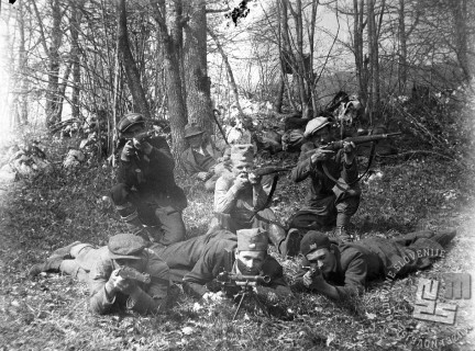 Kočevski bataljon je 6. maja 1942 iz zasede napadel italijansko enoto v Peklu pri Rajndolu. Borci Kočevskega bataljona po napadu. Foto: Jože Kotnik