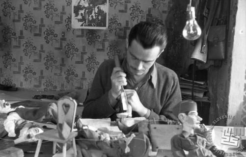 Umetnik rezbar Lojze Lavrič izdeluje lutke za lutkovno gledališče v Črnomlju, januar 1945. Foto: Milan Štok