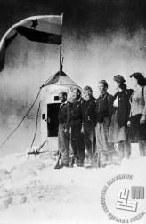 Tretja medvojna odprava na Triglav konec oktobra 1944. Na vrh so odšli borci SKOJ in aktivistke Jeseniško-bohinjskega doreda. Z leve vodja odprave Rozman, kurir G-7 Bernard Rekelj, član SKOJ Jeseniško-bohinjskega doreda Janez Gradišek, kurir G-7 Tone Pretnar, terenska aktivistka SKOJ Jeseniško-bohinskega odreda Angela Rožic - Vlasta, poročena Vidic in sekretarka SKOJ Jeseniško-bohinjskega odreda Ivanka Stare - Tanja, poročena Gracel. Foto: Bogo Tavčar
