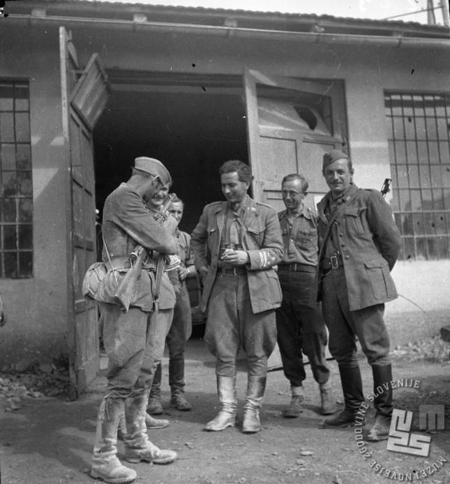 V sredini (ali tretji z desne) komandant 7. korpusa Pero Popivoda, Jože Malnarič - Križevski pa prvi z desne v Črnomlju 19. julija 1944. Foto: Drago Vidmar