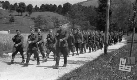 Štabna četa 9. korpusa pri jutranjih vajah med Otlico in Predmejo pred napadom na Črni vrh nad Idrijo avgusta 1944. V prvi vrsti je Jovo Stanić, poleg njega pa operativni častnik 30. divizije 3. bataljona Kosovelove brigade Jankovič. Foto: Čoro Škodlar