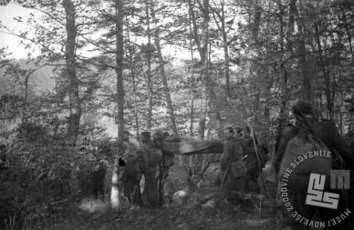 Borci Cankarjeve brigade odnašajo ranjene soborce s položajev na Ilovi gori 1. novembra 1943. Foto: Franjo Veselko