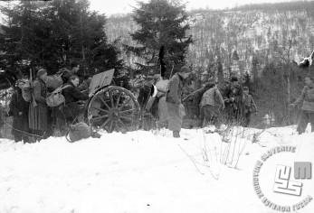 Petnajsta brigada 15. divizije je - okrepljena s tremi topovi in dvema havbicama - uničila domobransko postojanko Sveti Anton pri Zdenski vasi, ob pomoči 1. bataljona 12. brigade pa še postojanko v Zdenski vasi. Boji so potekali 28. in 29. feburarja 1944. Borci vlečejo top na položaj pred napadom na Zdensko vas. Foto: Nande Vidmar