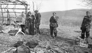 Okoli radio oddajne postaje so zbrani borci Levstikove brigade. Foto: Edi Šelhaus