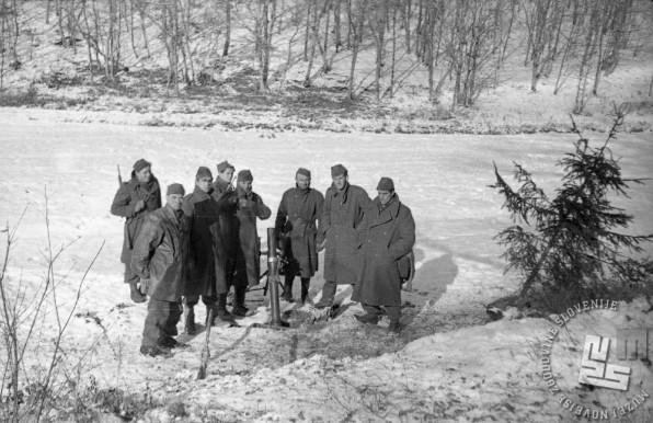 Borci Cankarjeve brigade ob težkem minometu na položaju v boju za Občine pri Trebnjem 5. januar 1945. Foto: Stane Višek