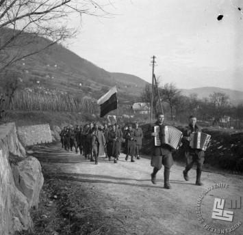 Glavni štab NOV in POS je v soglasju z vrhovnim štabom NOV in POj sklenil poslati na Štajersko 14. divizijo, dobro oboroženo z avtomatskim in težkim orožjem. Enote 14. divizije na poti proti Suhorju v Beli krajini 30. decembra 1943. Foto: Gojko Pipenbacher