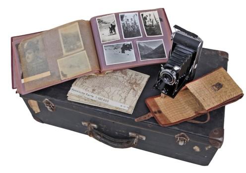 Virgiliju Tavčarju je v neizprosnem boju za preživetje z vzhodne fronte uspelo prinesti kovček s fotoaparatom, peščico fotografij ter nemške in italijanske topografske zemljevide območij na vzhodni fronti. Dragoceno zbirko fotografij njegovega vojaškega udejstvovanja na italijanskih tleh, ki so shranjene v albumu, pa je domov poslal po pošti pred odhodom proti Sovjetski zvezi (hrani Virgilij Tavčar).