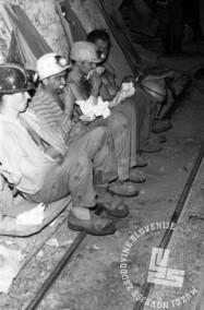 DE3100_2: Rudarji pri malici v rudniku Idrija, november 1965, foto: Svetozar Busić.