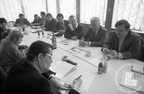 DE7364_2: Tiskovna konferenca Ansambla Avseniki, marec 1983, foto: Dragan Arrigler, hrani: MNZS.
