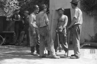 EP89_7: Rudarji med pogovorom, pred vhodom v rudnik Trbovlje, september 1950, foto: Marijan Pfeifer.