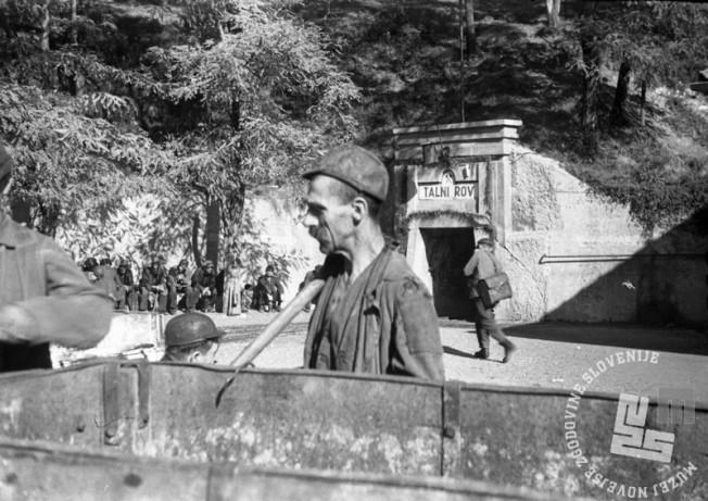 FS2804_22: Pred vhodom v Rudnik Trbovlje, 18. september 1945, foto: Viktor Kramar.