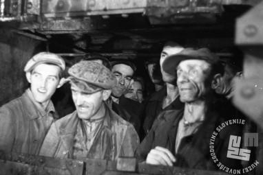 FS4169_3: Rudarji vstopajo v rov. Rudnik Trbovlje, november 1947, foto: Leon Jere.