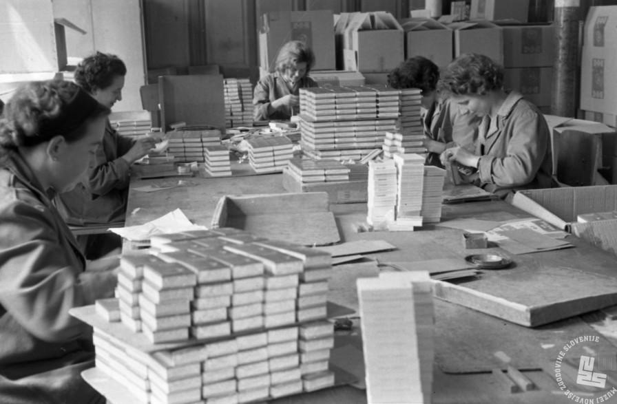 MC630420_2: V ljubljanski tobačni tovarni so bile v vseh desetletjih delovanja večinoma zaposlene ženske. Z zaposlitvijo so ženske dosegle ekonomsko neodvisnost, že zgodaj pa so imele več pravic kot delavci v drugih vejah industrije. Leto 1963, foto: Marjana Ciglič