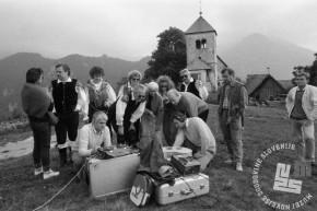 NB268_10: Preverjanje posnetega gradiva med snemanjem videospota pri Cerkvi Svetega Petra nad Begunjami, leto: 1988, foto: Nace Bizilj, hrani: MNZS.