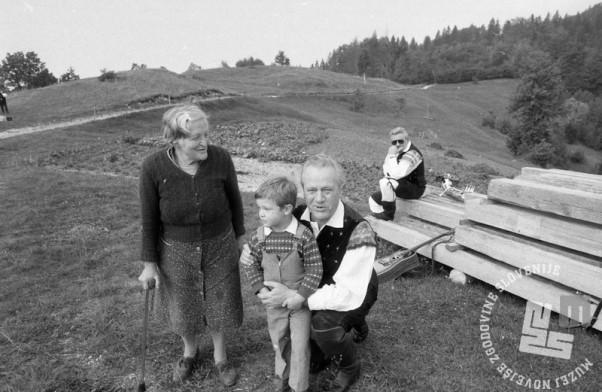 NB268_30: Slavko Avsenik med snemanjem videospota pri Cerkvi Svetega Petra nad Begunjami, leto 1988, foto: Nace Bizilj, hrani: MNZS.