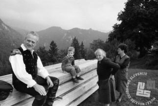 NB268_44: Slavko Avsenik med snemanjem videospota pri Cerkvi Svetega Petra nad Begunjami, leto 1988, foto: Nace Bizilj, hrani: MNZS.