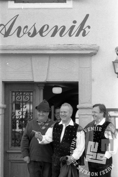 NB274_8: Slavko Avsenik pred domačo gostilno. Begunje, 1988, foto: Nace Bizilj, hrani: MNZS.