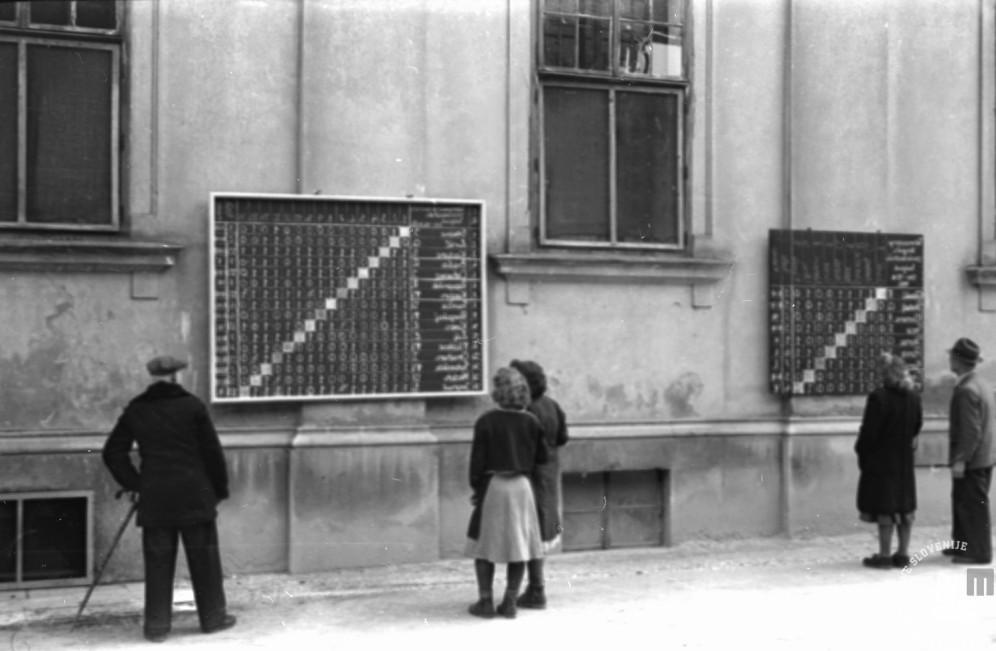 VS_S_15_2_a: Tovarne niso bile le prostor produkcije, temveč tudi kraj oblikovanja družbe. Povezovala je generacijo, vzpostavljala socialno varnost in infrastrukturo okolja. Poskrbela je za zdravstvo, vrtce, prehrano, gradila stanovanja, organizirala prosti čas zaposlenih in njihovih družin, marsikje je skrbela tudi za kulturno in družabno življenje. Ljubljana, 1948, foto: Vlastja Simončič.