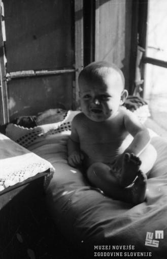 Otrok, rojen v partizanski bolnici v Kočevskem rogu, pomlad 1944. MNZS, inv. št. 1226/39. Foto: dr. Janez Milčinski.