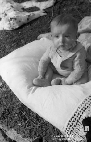Otrok, rojen v partizanski bolnici v Kočevskem rogu, pomlad 1944. MNZS, inv. št. 1226/40. Foto: dr. Janez Milčinski.