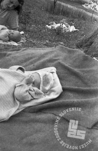 Otroka, rojena v partizanski bolnici v Kočevskem rogu leta 1944. MNZS, inv. št. 1344/29. Foto: dr. Janez Milčinski.