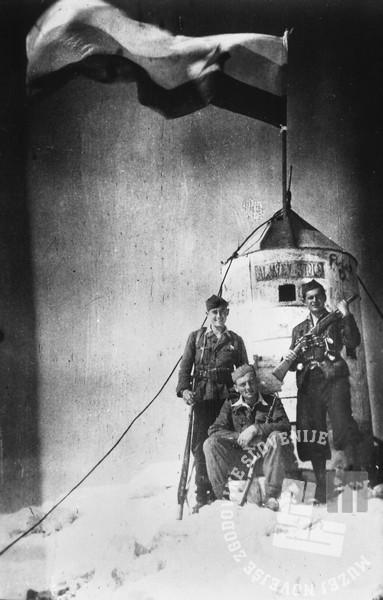 2214-2: Tretja medvojna odprava na Triglav konec oktobra 1944. Na vrh do odšli borci SKOJ in aktivistke Jeseniško - bohinjskega odreda. Z leve vodja odprave Rozman, kurir G-7 Bernard Rekelj, član SKOJ Jeseniško - bohinjskega odreda Janez Gradišček, kurir G-7 Tone Prentar, terenska aktivistka SKOJ Jeseniško - bohinjskega odreda Angela Rožic - Vlasta in sekretarka SKOJ Jeseniško - bohinjskega odreda Ivanka Stare - Tanja. Foto: Bogo Tavčar.