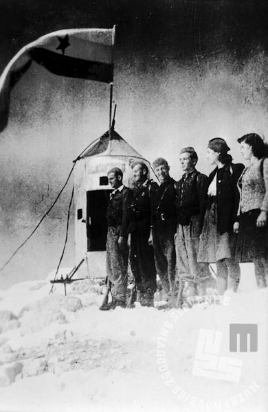 2214_1: Tretja medvojna odprava na Triglav konec oktobra 1944. Na vrh do odšli borci SKOJ in aktivistke Jeseniško - bohinjskega odreda. Z leve vodja odprave Rozman, kurir G-7 Bernard Rekelj, član SKOJ Jeseniško - bohinjskega odreda Janez Gradišček, kurir G-7 Tone Prentar, terenska aktivistka SKOJ Jeseniško - bohinjskega odreda Angela Rožic - Vlasta in sekretarka SKOJ Jeseniško - bohinjskega odreda Ivanka Stare - Tanja. Foto: Bogo Tavčar.