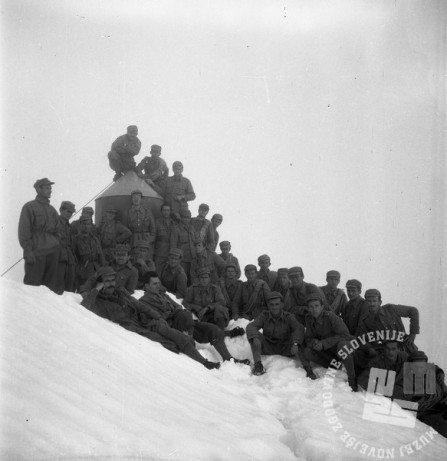DE1550_1: Vojska na vrhu Triglava. Leto 1957, foto: Dušan Gostinčar.