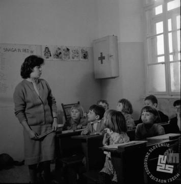 Učenci 1. razreda se spoznavajo z novo učiteljico na OŠ Vič leta 1958. Foto: Edi Šelhaus