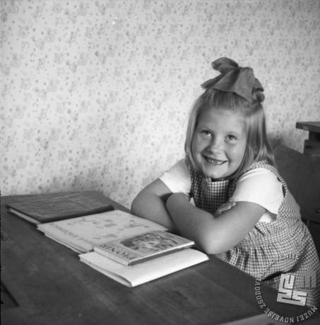 Ker je prvi dan v šoli res nekaj posebnega, sem ta dan prav dobre volje! Deklica v prvem razredu OŠ Vič leta 1958. Foto: Edi Šelhaus
