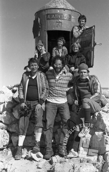 NB3035_13: Skupinska fotografija na Triglavu. Prvi z leve fotoreporter Nace Bizilj. Avgust, 1985. Foto: neznan.
