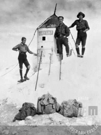 SL9767: Planinci pred Aljaževim stolpom. Obdobje med obema vojnama, foto: neznan.