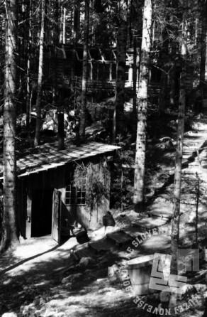 TN1226_22: Bolnica Spodnji Hrastnik. Spredaj kuhinja, zadaj porodnišnica v gradnji. April ali maj 1944. Foto: dr. Janez Milčinski - Peter.