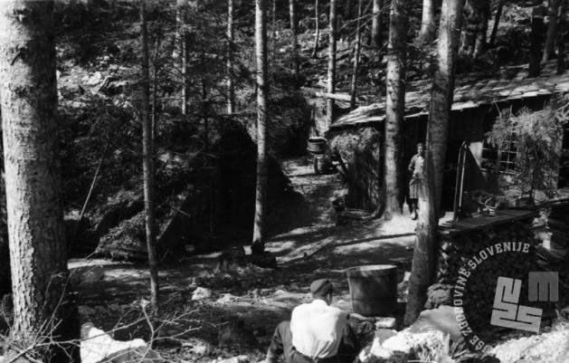 TN1226_23: Bolnišnica Spodnji Hrastnik. Levo stara baraka, desno kuhinja. Pomlad 1944. Foto: dr. Janez Milčinski - Peter.