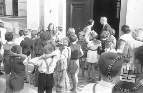 Čakanje na spreje prvošolčkov, Ljubljana, 1.9.1947. Foto: Vlastja Simončič