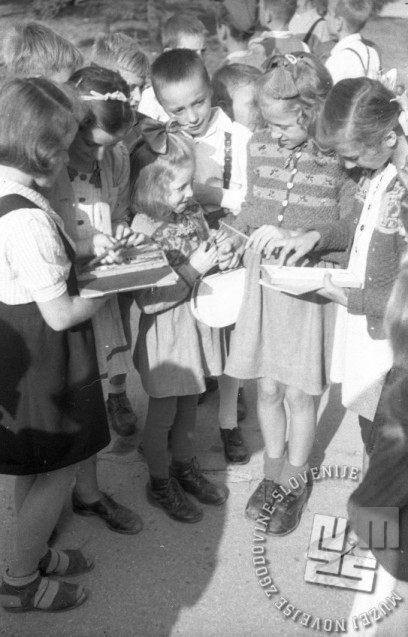 Razdeljevanje novih šolskih potrebščin, Ljubljana, 1.9.1947. Foto: Vlastja Simončič