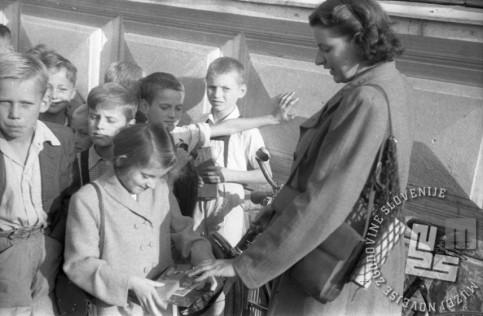 Naj vam bodo novi šolski pripomočki v pomoč pri pridobivanju novih znanj! Ljubljana, 1.9.1947. Foto: Vlastja Simončič