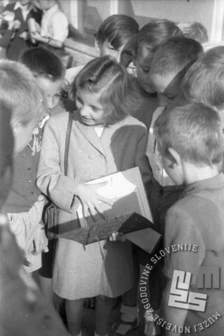 To sem že napisala v svoj novi zvezek, poglej! Ljubljana, 1.9.1947. Foto: Vlastja Simončič