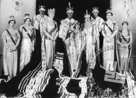 Angleška kraljeva družina v obdobju med obema svetovnima vojnama. Od leve proti desni: princesa Mary (Countess Harewood, hči Georga V. in sestra Geogra VI); princesa Alice (Duchess of Gloucester); brat kralja Georga V. (Duke of Gloucester); kraljica Mary (Mary of Teck); - kralj George VI., princesa Margaret (manjše dekle), princesa (pozneje kraljica) Elizabeta II. (večje dekle), kraljica Elizabeta (Elisabeth Bowes-Lyon - The Queen Mother); princ George (brat kralja Georga VI., sin kralja Georga V., The Duke of Kent); princesa Marina (The Duchess of Kent); teta kralja Georga VI. (Queen Maud of Norway, Maud of Wales).