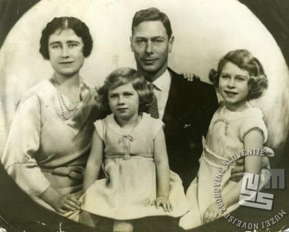 Skupinski portret angleške kraljeve družine: George VI., lady Elizabeth Angela Marguerite Bowes-Lyon, hčerki Elisabeth (skrajno desno) in Margaret.