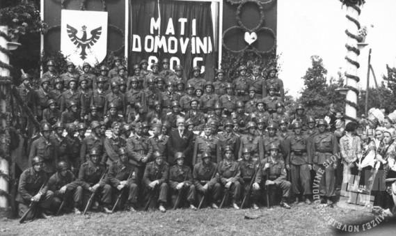 Skupinska fotografija posneta v Dobrovi, 13. avgusta 1944. Foto: neznan, hrani: MNZS.