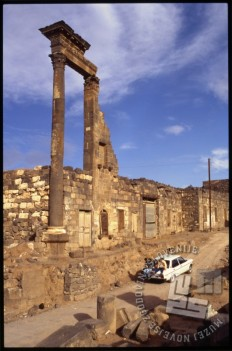 Ljudje so sobivali z antičnimi ostalinami v Bosri. / Inhabitants of Bosra lived together with the antique remains.