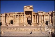 Vhod v znamenito Palmiro, mesto, ki je bilo dolga leta eno izmed najbolj vplivnih kulturnih središč antičnega sveta in je od leta 1980 vpisano na UNESCOvem seznamu svetovne dediščine. / The entrance to the famous Palmyra, the city, which was for many years one of the most influential antique cultural centres, and is registered on the UNESCO World Heritage List since 1980.