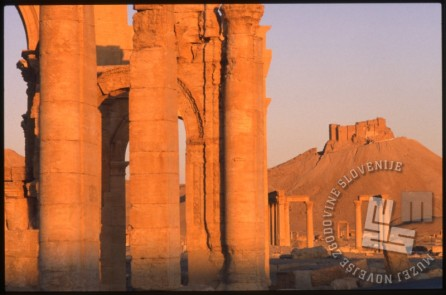 Slavolok v Palmiri in grad Qalat ibn Maan iz 17. stoletja. Tudi slavolok so leta 2015 porušili vojaki ISa. / Triumphal Arch in Palmyra and castle Qalat ibn Maan from the 17th century. The triumphal arch was demolished in 2015 by the IS soldiers as well.
