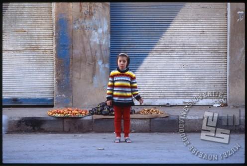 Deklica na ulici v Palmiri. / A girl on the street in Palmyra.